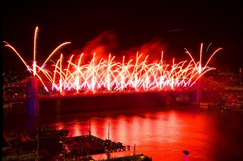 On Thursday, July 4, the world-famous Brooklyn Bridge will launch thrilling effects as the centerpiece of the 43rd Annual Macy's 4th of July Fireworks®, the nation's largest Independence Day celebration (Photo: Business Wire)